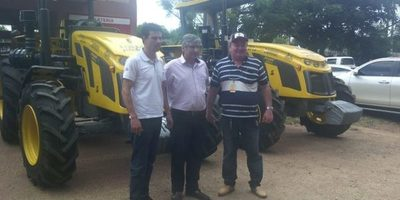 Entregan tractores de la Itaipu a la Gobernación de Guairá