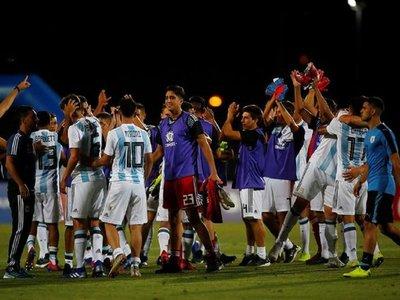 Argentina resucita ante Uruguay y deja todo abierto