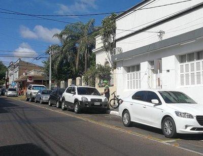 Notifican a automovilistas que estacionan en bicisenda
