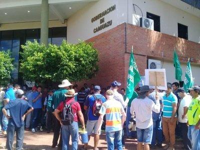 Pequeños agricultores piden a gobernador de Caaguazú cumplir con acuerdos