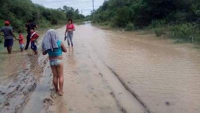 Riada del río Pilcomayo rompe un dique y aísla una comunidad