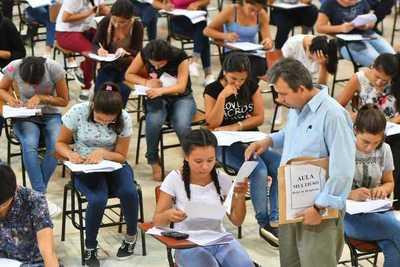 Masiva afluencia de postulantes a becas de Itaipú