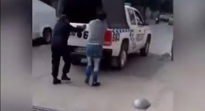 Preso esposado ayuda a empujar móvil policial