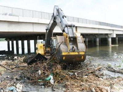 Toneladas de basura son extraídas del arroyo Mburicaó
