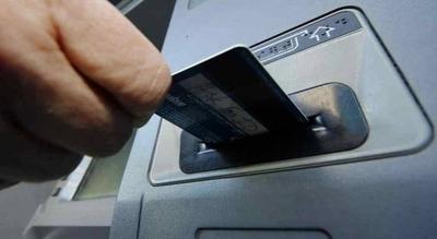 HOY / Olvidó en el cajero su tarjeta con la contraseña escrita y le vaciaron la cuenta
