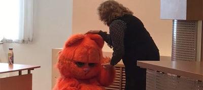 Garfield asiste a clase y es aprobado de por vida