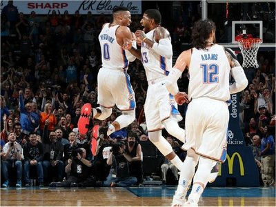 Westbrook supera marca de Chamberlain