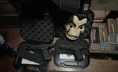 """HOY / Triple homicidio: incautan armas, municiones y máscaras de """"La casa de papel"""""""