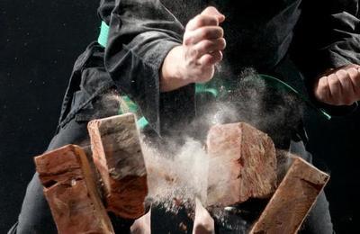 La ciencia explica cómo una persona es capaz de romper ladrillos con las manos