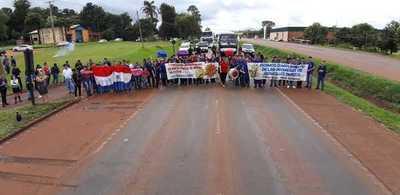 Alumnos cierran ruta para exigir rubros al MEC