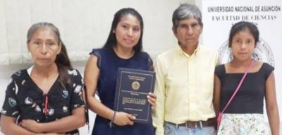 Joven indígena logra finalizar su carrera vendiendo miel