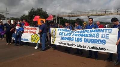 Estudiantes del colegio técnico de Minga se manifiestan por incumplimiento del MEC