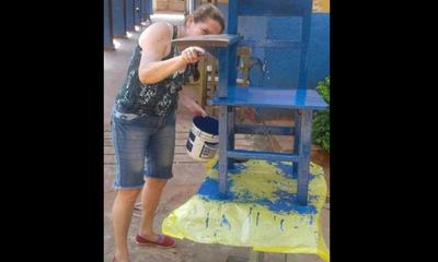 Directora ayuda a padres a pintar sillas en escuela pública de Luque – Prensa 5