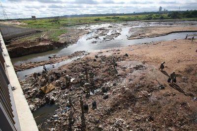 Con limpieza buscan recuperar el emblemático arroyo Mburicaó