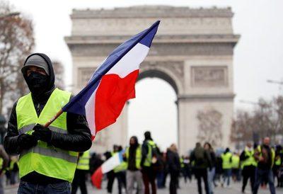"""Miles de """"chalecos amarillos"""" contra Macron en las calles de Francia"""