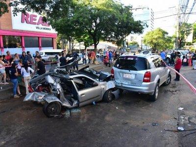 Mujer fallece en accidente entre varios vehículos