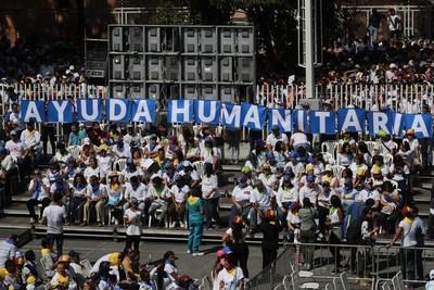 """Guaidó organiza ayuda, mientras Maduro pide un """"despliegue militar permanente"""""""
