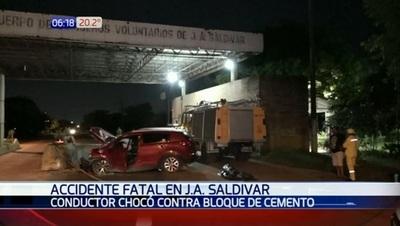 Conductor muere tras chocar contra bloque de cemento