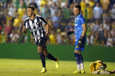 Botafogo golea a Defensa y Justicia en Varela y avanza en la Sudamericana