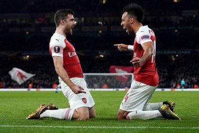 Arsenal golea y pasa a octavos