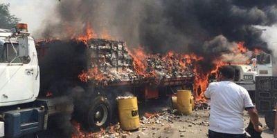 Dictadura incendia camiones repletos de ayuda humanitaria