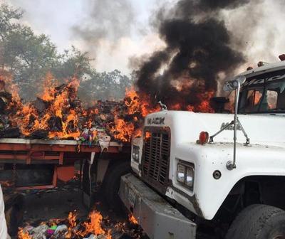 Maduro incendia camiones con ayuda humanitaria en Venezuela
