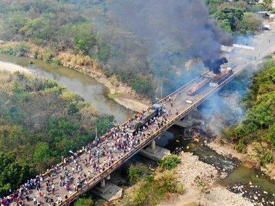 Gobierno de Maduro acusa a opositores de la quema de camiones con ayudas