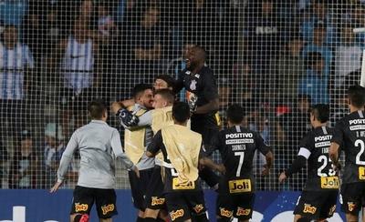 HOY / Corinthians elimina a Racing en penales y avanza a la segunda fase