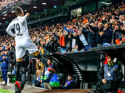 Valencia gana con lo mínimo y será rival del Barcelona en la final