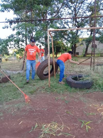 Vecinos limpian calles y patios baldíos en el barrio Ciudad Nueva