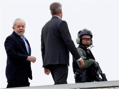 Lula llega a Sao Paulo para asistir al entierro de su nieto