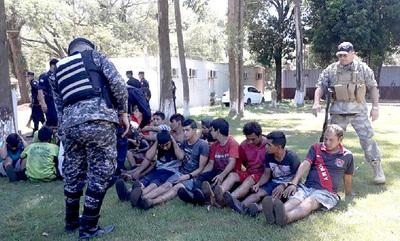 Violento desalojo deja cuatro policías heridos y 65 invasores detenidos en CDE