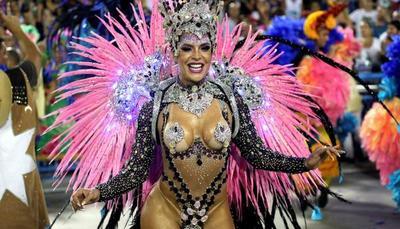 El carnaval agita las calles e inunda con críticas en Brasil