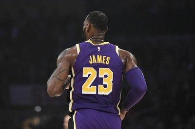 James supera a Jordan, pero no salva a Lakers