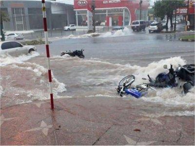 En solo horas llovió en Encarnación más de lo que llueve en un mes
