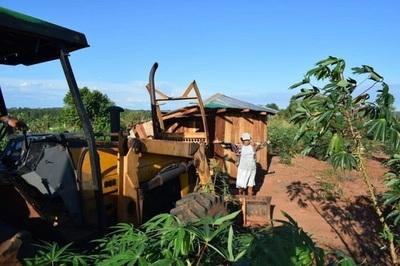 Mujer enfrente a un tractor en pleno desalojo