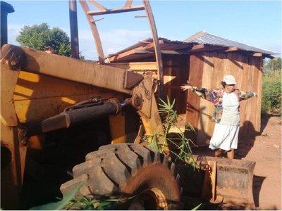 Abuela defiende precaria vivienda de su nieto ante desalojo