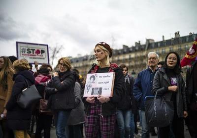 """Los nombres de mujeres """"olvidadas"""" fueron puestos en las calles de París por feministas"""