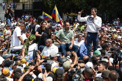 Guaidó aumenta presión contra Maduro, bajo caos por apagón