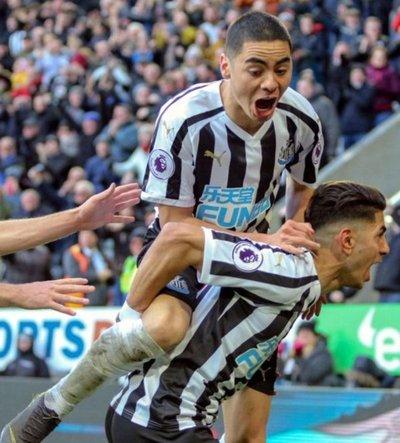 Almirón festeja con Newcastle