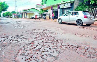 Transitada calle no se repara por millonarias deudas con contratistas