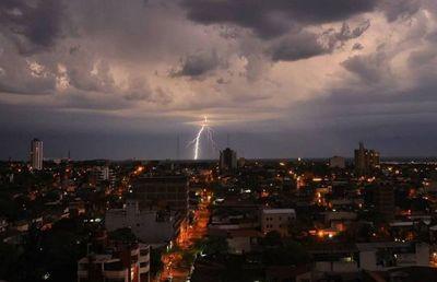 Continúa alerta por tormentas para 11 departamentos