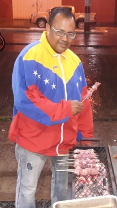 Fue concejal en Venezuela y ahora se dedica a la venta de asaditos – Prensa 5