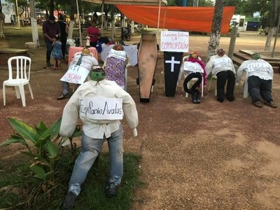 Peculiar exposición de muñecos en Concepción