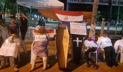 Indignados simbolizan entierro de la corrupción