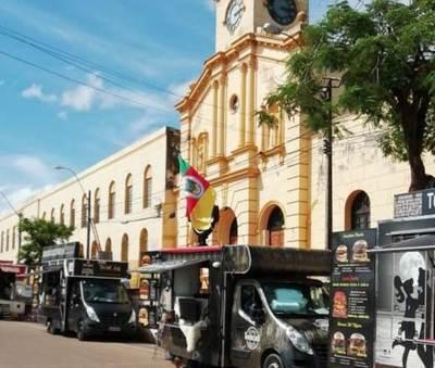"""Cocineros ambulantes"" se instalan frente a Iglesia y causan roncha entre feligreses"