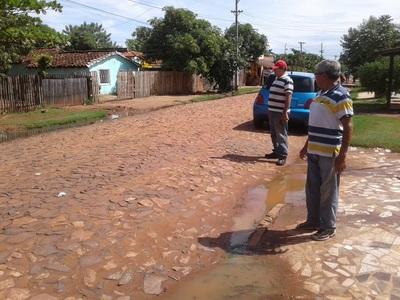 Sistema cloacal colapsa y agua servida causa estragos