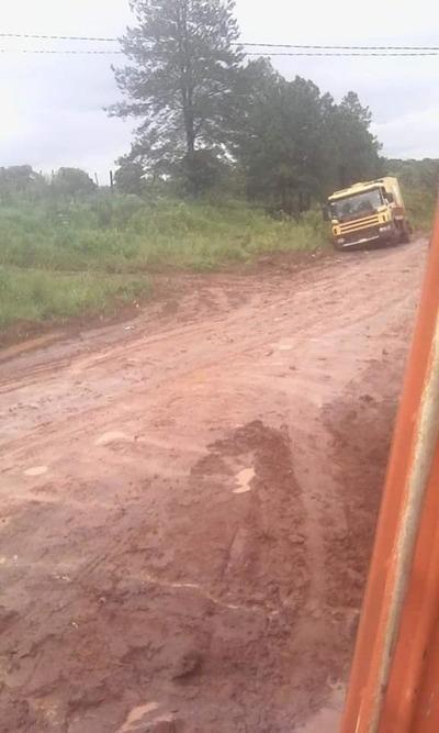 Moradores del km 12 Monday, castigados por lluvias y camino de tierra intransitable