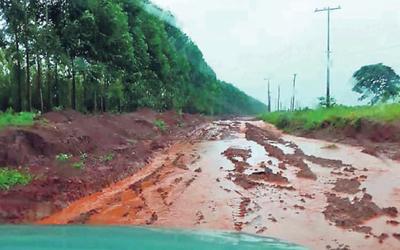 Camino destruido deja aislada a toda la comunidad de Mbaracayú