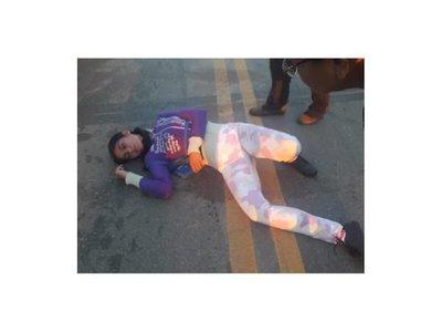 Se tiró frente a una camioneta para fingir que la atropellaron